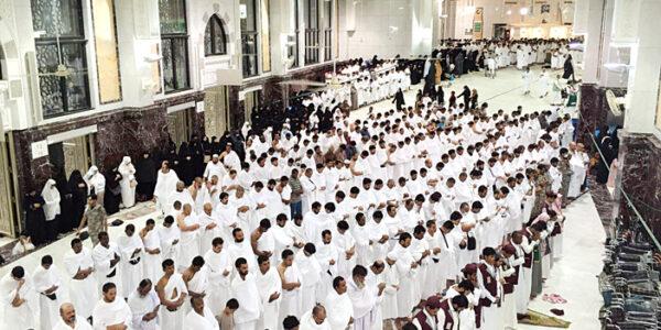 اكتب نصا ادبيا تصف فيه مشهد المصلين في المسجد الحرام