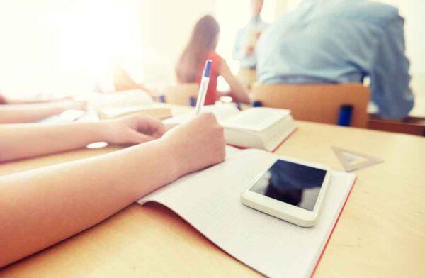 ما هي قوانين إدخال الهواتف للمدارس عالميا؟